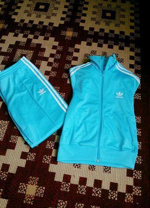 Срочно продам женский фирменный спортивный костюм adidas