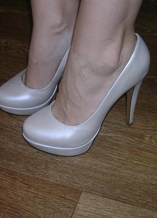 Красивые свадебные туфли. нубук