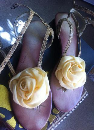 Кожаные сандалии на низком ходу