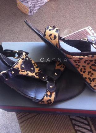 Босоножки с леопардовым принтом