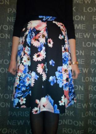 Классная фактурная юбка, держит форму, принт - цветы.