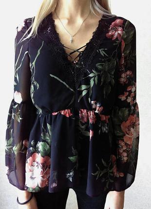 Трендовая блузка в цветочный принт с расклешенным рукавом