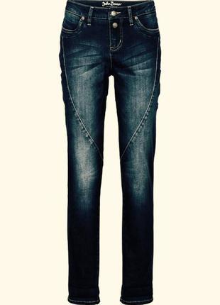 Модные синии джинсы с рельефными швами