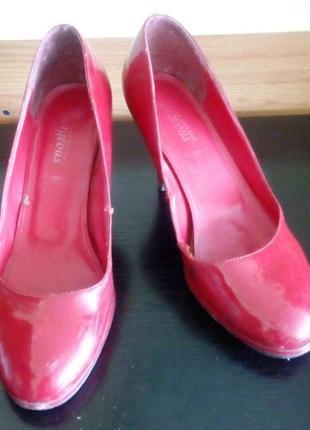 Туфли бренд new look. лак, цвет красный.раз.40