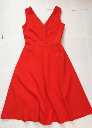 Стильное красное платье.