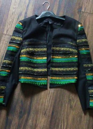 Укорочений піджачок з круглою горловинкою з вишивкою