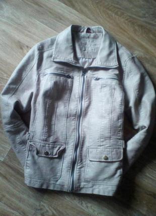 Актуальная бежевая курточка с эко-кожи