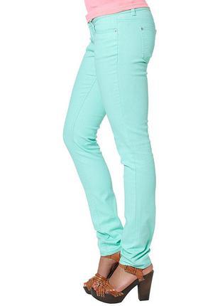 Стильные джинсы бирюзового цвета. размер м.