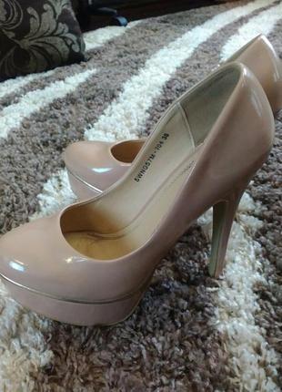 Лаковые нюдовые туфельки