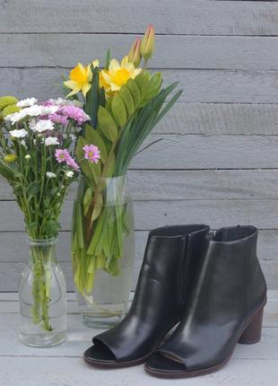 Трендовые ботинки с открытым носком