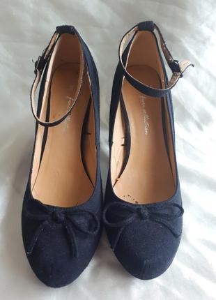 Черные классические туфли
