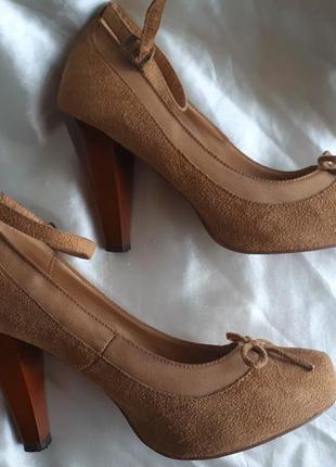 Бежевые классические туфли