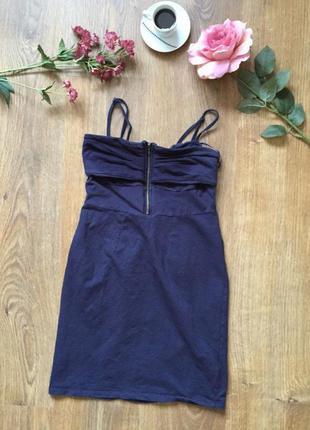 Гарне плаття,коротке,є 1недолік який видно на фото,маленьке жирне пятно внизу