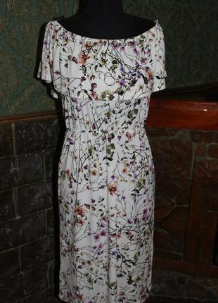 Трендовое платье с воланом на грудт