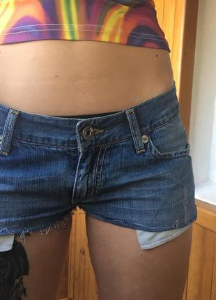 Короткие рваные джинсовые шорты