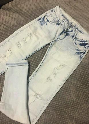Светлые джинсы рваные
