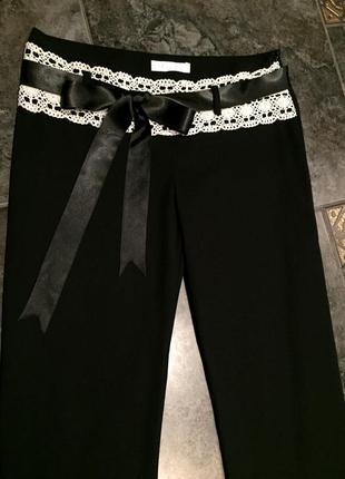 Шикарные стрейчевые черные брюки с кружевом и бантом pole & pole