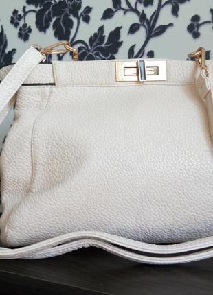 Красивая кожаная  сумочка в стиле fendi