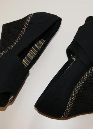 Классные туфли на танкетке  skechers memory form