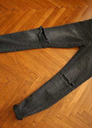 Черные джинсы скини с дырками на коленях h&m