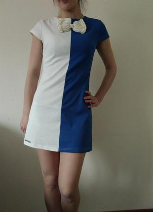 Сукня синя з білим.