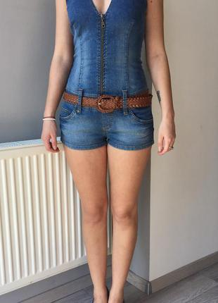 Изящный джинсовый комбинезон на завязках
