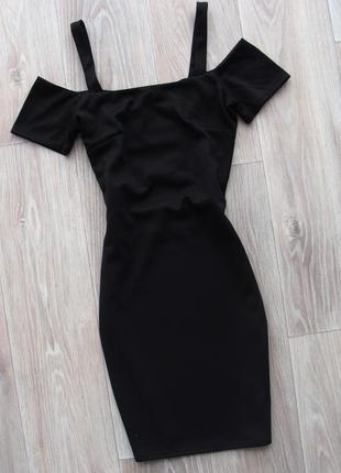 Маленькое черное платье футляр с трендовыми плечиками и красивой спинкой miss selfridge