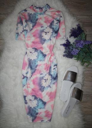 Нежное платье в абстрактный принт