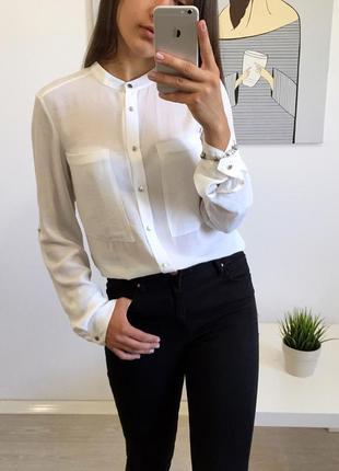 Шикарная белая рубашка с большими карманами на груди и золотистой гарнитурой от h&m.