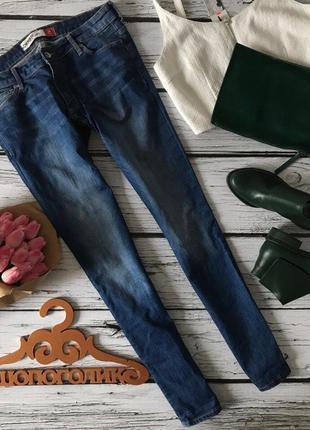 Универсальные джинсы слим-силуэта с легкими потертостями    pn1698    cherokee