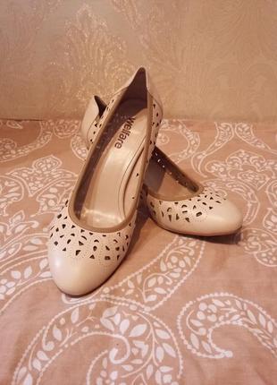 Очень нарядные и красивые кожаные туфли -классика- молочного цвета