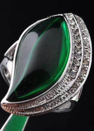 Размер 16 и 19,5. кольцо с зеленым корундом и цирконием