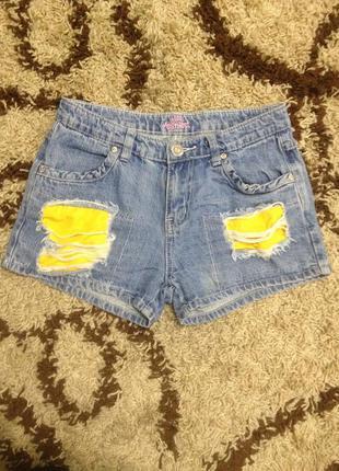 Рванные джинсовые шорты для худенькой девушки.