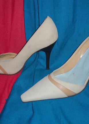 Великолепные,замшевые туфли на шпильке,светло-бежевого цвета от river island.
