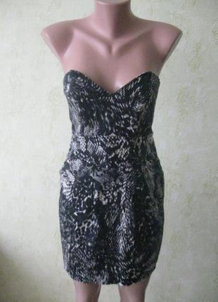Стильное платье бюстье в принт