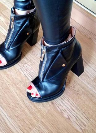 Кожаные ботинки, ботильоны с открытым носочком на молнии черного цвета - размер 36, 37
