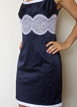 Нарядное темно-синее платье-футляр с кружевом