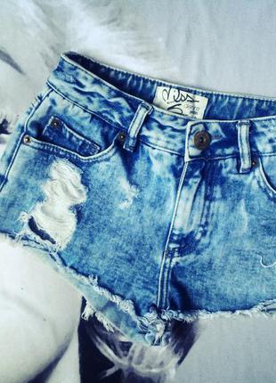 Шикарные рваные джинсовые шорты