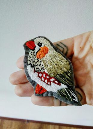 Брошь вышивка ручной работы птица