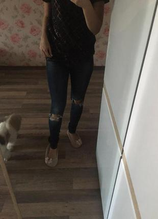 Джинсы модные рваные колени