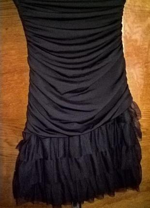 Маленькое черное платье с воланами и драпировкой