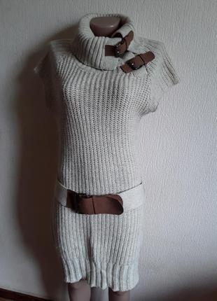 Вязаное платье с пряжками
