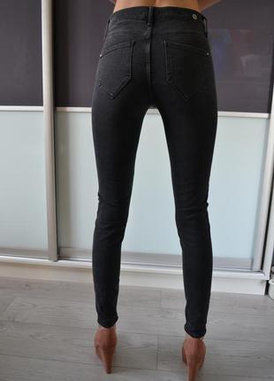 Стильные скинни джинсы с высокой посадкой