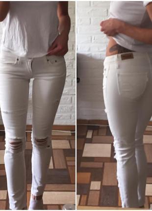 Крутые джинсы скинни с рваным краем и дырками на коленях levi's