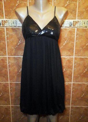 Открытое трикотажное вечернее платье бочонок на бретелях  с пайетками
