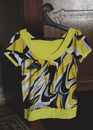 Красивая, желтая футболка