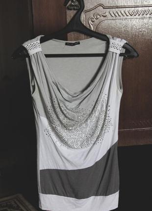 Красивая, серая футболка