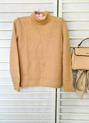 Актуальный свитер цвета кэмел