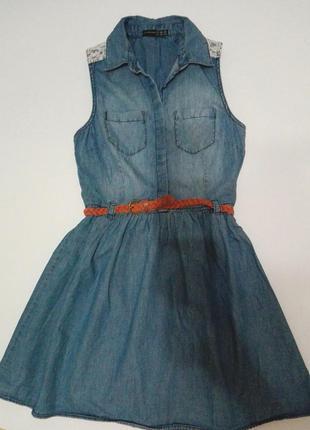 Очень модное джинсовое платье, декорировано ремешком , спинка кружевная.