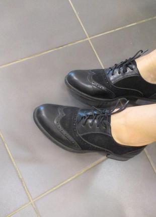 Стильні чорні черевики-туфлі